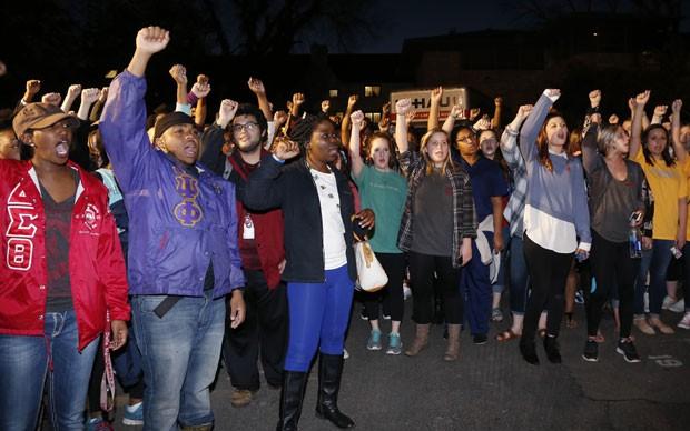 Estudantes da Universidade de Oklahoma protestam contra comentários racistas em um vídeo da fratenidade Sigma Alpha Epsilon (Foto: Sue Ogrocki/AP)