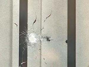 Tiro atingiu janela de residência (Foto: Reprodução/RBSTV)
