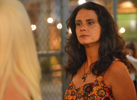 Rosângela defende Florisval na frente de Montanha e deixa professor enciumado