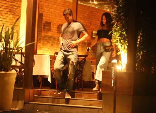 Isis Valverde e André Resende na saída de restaurante (Foto: AgNews)