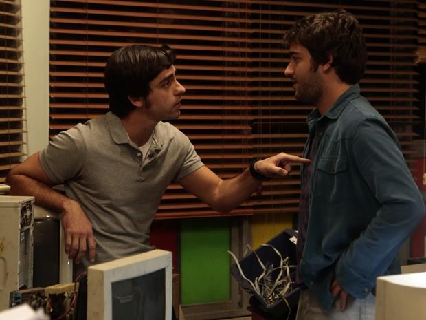 Ernesto desconfia que Davi só quer desmascar Jonas por conta de Manu (Foto: Artur Meninea/TV Globo)