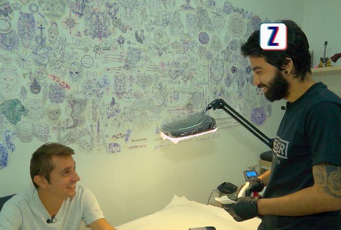 Moacyr faz tatuagem temporária (Foto: Zappeando)