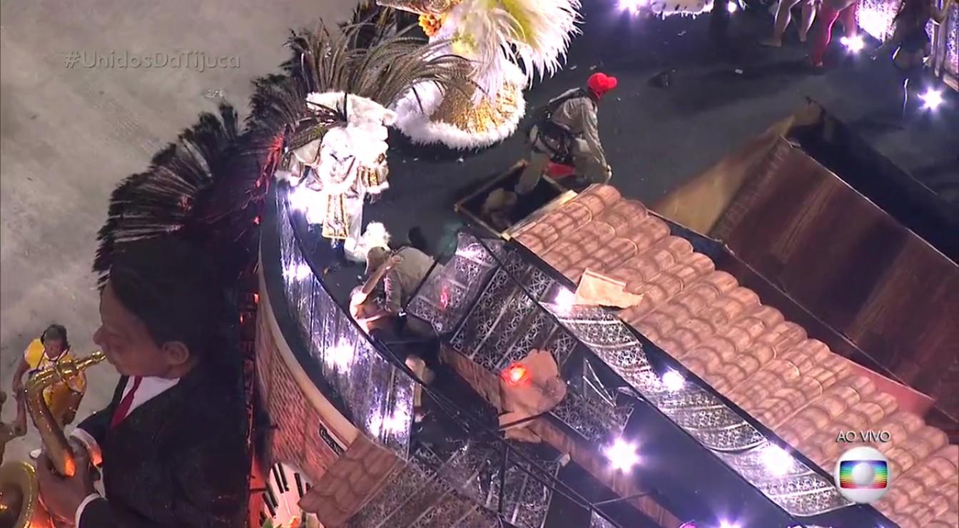 Vídeo mostra bombeiro socorrendo homem no alto de carro alegórico da Tijuca (Foto: Reprodução/TV Globo)