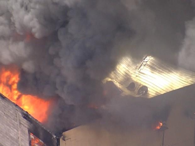 Incêndio atinge imóvel na Região Nordeste de Belo Horizonte. (Foto: Reprodução/TV Globo)