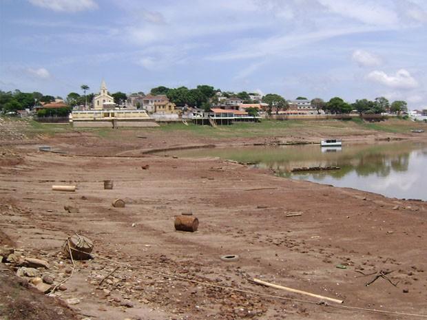 Casas que antes ficaram às margens do lago, agora estão distantes. (Foto: Wagner Rodrigues de Oliveira / VC no G1)