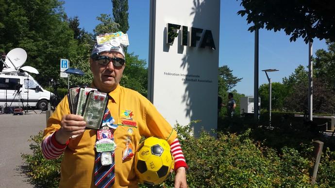 Torcedor fantasiado Fifa (Foto: Vicente Seda / GloboEsporte.com)