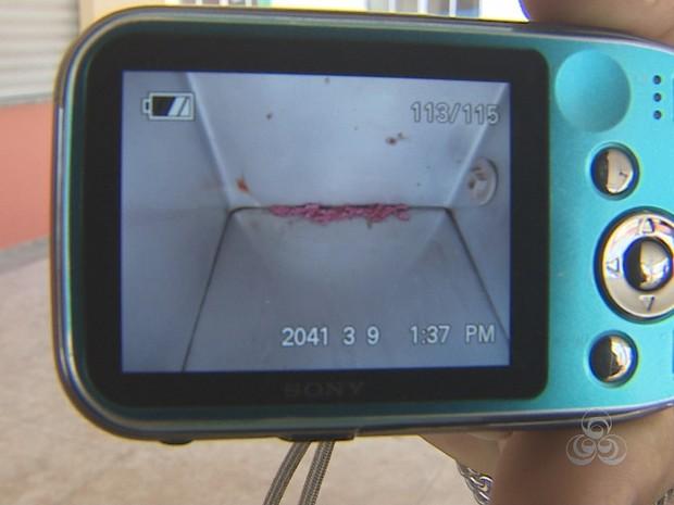 Foto tirada por encarregado mostra quantidade de veneno encontrado em bebedouro (Foto: Reprodução/TV Amapá)