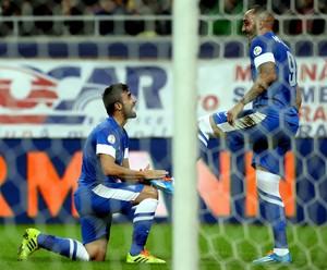 Ioannis Maniatis e Konstantinos Mitroglou gol Grécia (Foto: AFP)