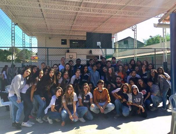 Alunos se manifestam contra a homofobia em apoio ao adolescente Diego Archanjo (Foto: Reprodução Twitter )