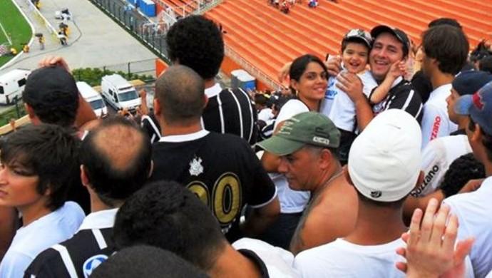 Do tobogã do Pacaembu, acreanos viram ex-lateral Roberto Carlos fazer gol olímpico em partida contra a Portuguesa (Foto: Francisco Netto/Arquivo Pessoal)