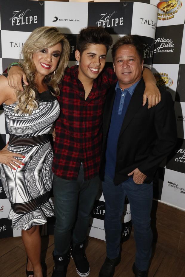 Família reunida: a mãe Poliana Rocha, Zé Felipe e o pai, Leonardo (Foto: Fred Pontes/Divulgação)