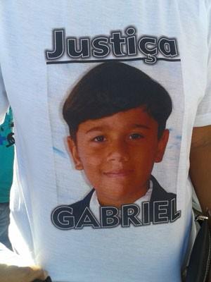 Familiares de William Gabriel pediam justiça em protesto nesta segunda em frente ao Hospital Papi em Natal (Foto: Victor Lyra/Inter TV Cabugi)