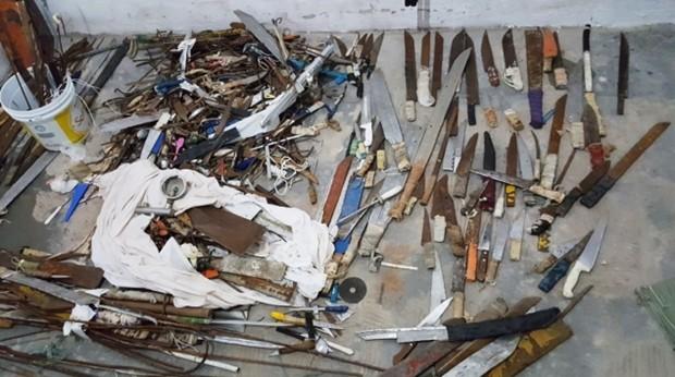 Além des revólveres, munições e celulares, os agentes também apreenderam centenas de facas e armas artesanais (Foto: Força Tarefa Penitenciária)