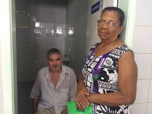 José Roberto da Rocha, 78 anos, passou mal no posto de saúde por causa do calor (Foto: Michelle Farias/G1)