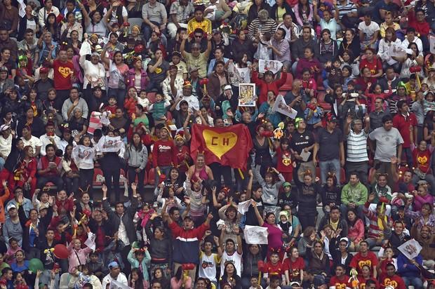 Fãs no estádio (Foto: Alfredo Estrella/AFP)