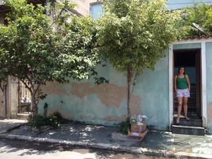 Cristiane Moura mora ao lado da casa da idosa, que tem entrada no portão da esquerda (Foto: Janaina Carvalho/G1)
