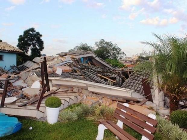 Casa desmoronou na madrugada desta quarta em Criciúma  (Foto: Douglas Saviato/Portal Engeplus)