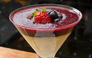 Panna cotta com calda frutas vermelhas