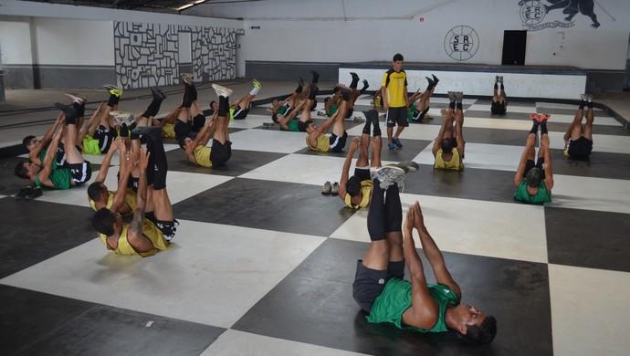 Jogadores do São Raimundo trabalham musculatura sob o comando do preparador físico Nilson Salinos (Foto: Gustavo Campos/GloboEsporte.com)