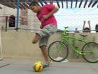 Jogador doa camisa para ajudar menino (Reprodução / TV Gazeta)