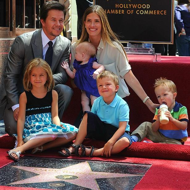 O ator Mark Wahlberg é o caçula de dez irmãos. Ele se casou com a modelo Rhea Durham em 2009 e os dois já têm quatro crianças. Será que ele vai querer dez filhos também? (Foto: Getty Images)