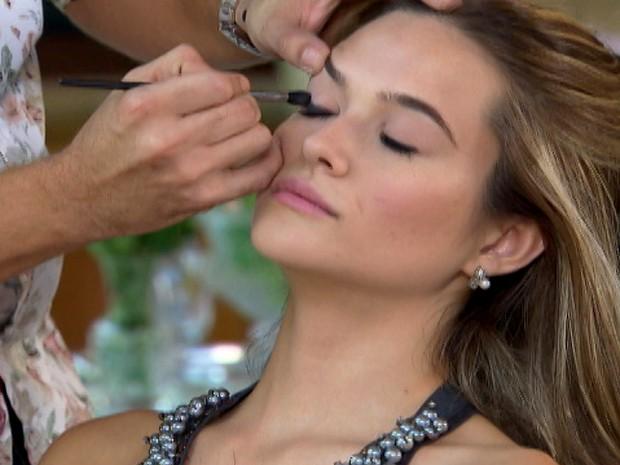Juliana Paiva experimenta os produtos Mary Kay (Foto: Estrelas/TV Globo)