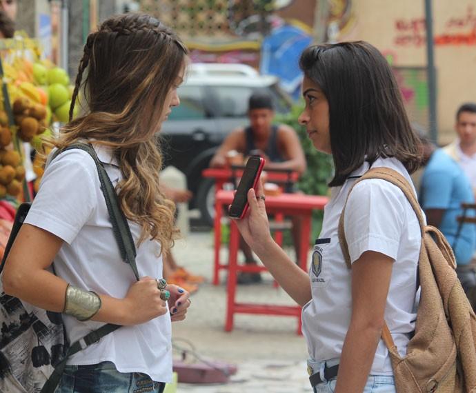 Krica confronta Alina sobre o post na internet que difama Jorge (Foto: Bruno Cavalieri/Gshow)