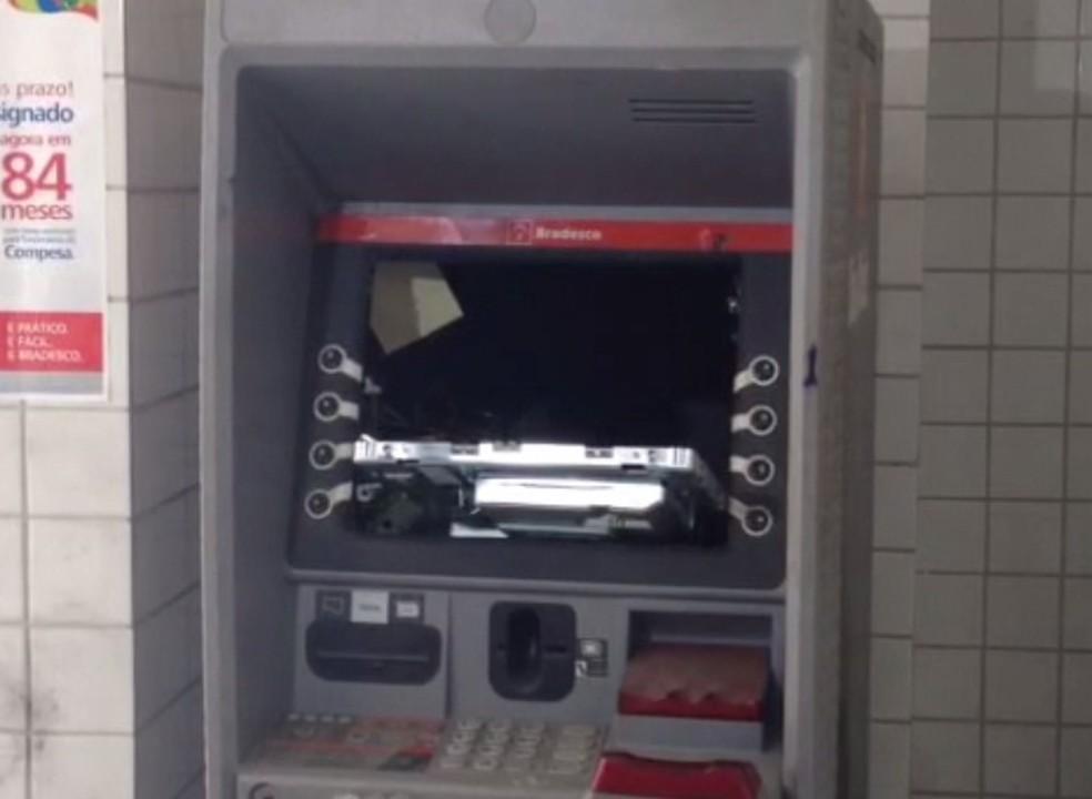 Caixa eletrônico foi alvo de bandidos na Compesa, no Recife (Foto: Reprodução/Whatsapp)