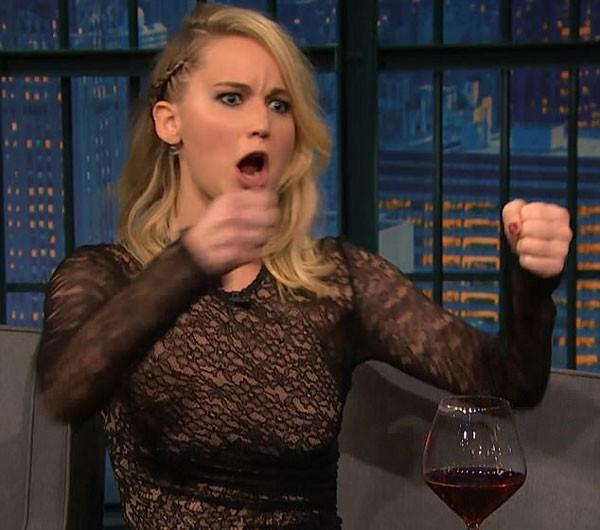Jennifer Lawrence encena briga de bar que participou em Budapeste (Foto: Reprodução/YouTube)