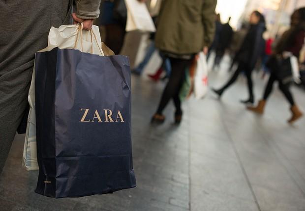 Consumidor carrega sacola da rede Zara (Foto: Denis Doyle/Getty Images)