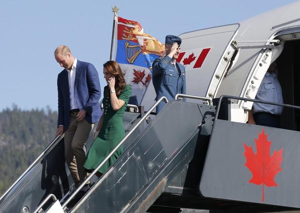Kate Middleton usa vestido verde de R$8 mil no tour pelo Canadá ao lado do príncipe William (Foto: Reuters)