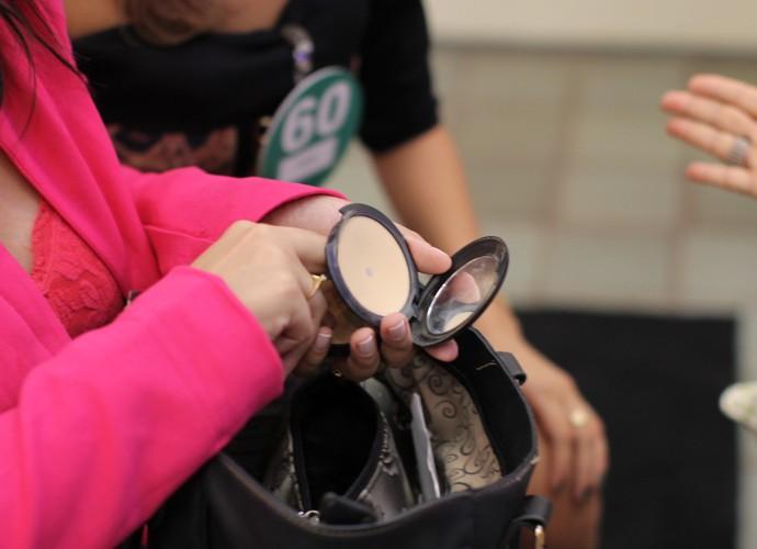 Opa! Pausa para retocar a maquiagem enquanto ocorre a Seletiva (Foto: Gshow)