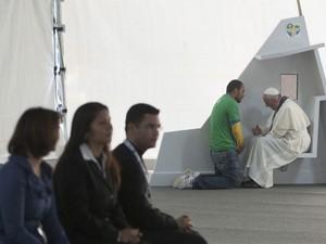 26/7 - Papa Francisco ouve confissão na Quinta da Boa Vista, no Rio de Janeiro. Cinco jovens foram escolhidos para se confessar com o pontífice durante a programação da JMJ, onde confessionários foram montados (Foto: Reuters/Osservatore Romano)