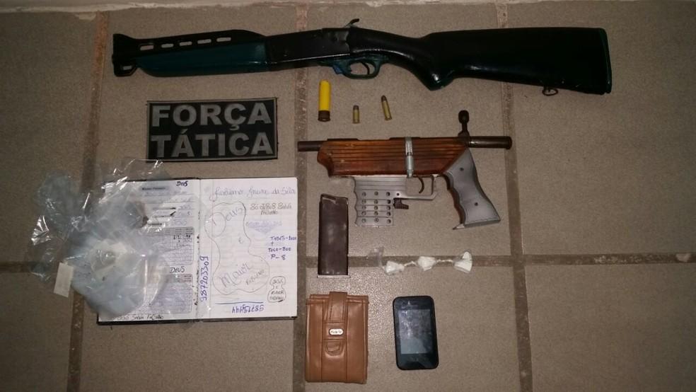 Armas, munições e caderno de anotações do tráfico foram apreendidos. (Foto: Divulgação / PM)