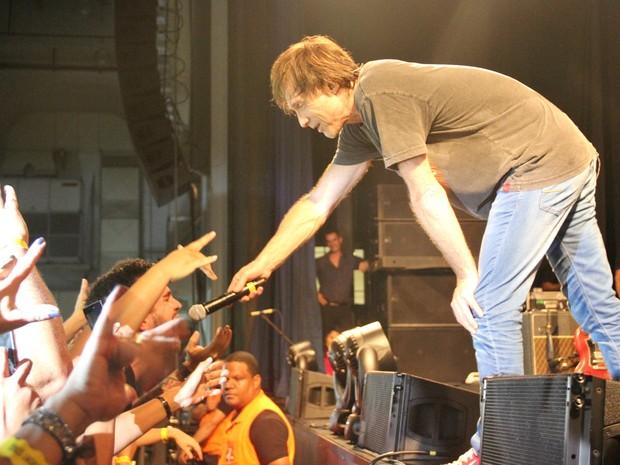 """Marcelo Bonfá trocou de lugar com o vocalista e botou o público para cantar """"Pais e filhos"""" (Foto: Gabriel Machado/G1 AM)"""