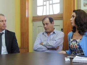 Taíza falou ao lado do pai e do advogado (Foto: Janara Nicoletti/G1)