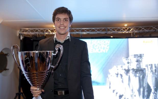 Luiz Razia recebe troféu pelo vice-campeonato da GP2 (Foto: Divulgação)