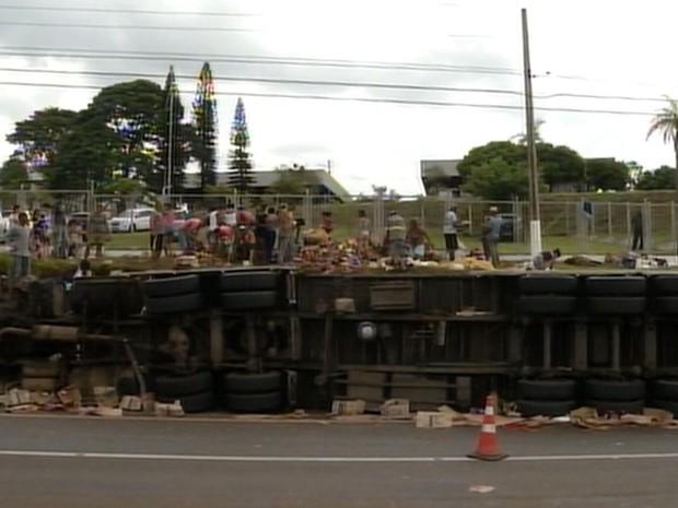 Caminhão tombou em rodovia de Ourinhos (Foto: Reprodução / TV TEM)