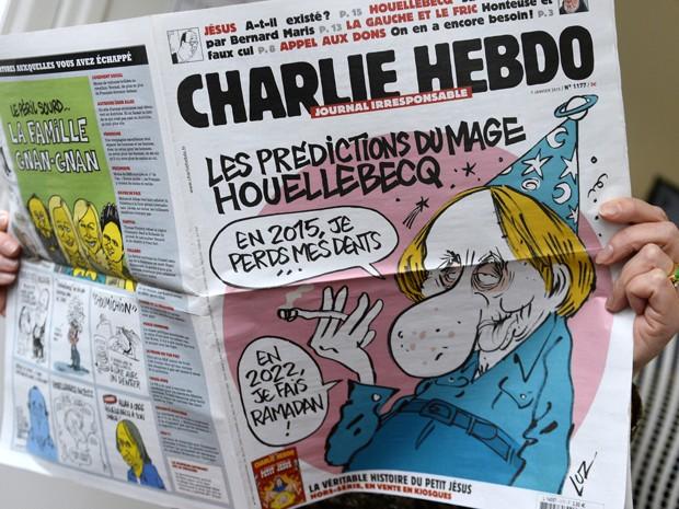 Capa da última edição do semanário satírico francês 'Charlie Hebdo', publicado antes do atentado contra a sede da publicação (Foto: AFP Photo/Bertrand Guay)
