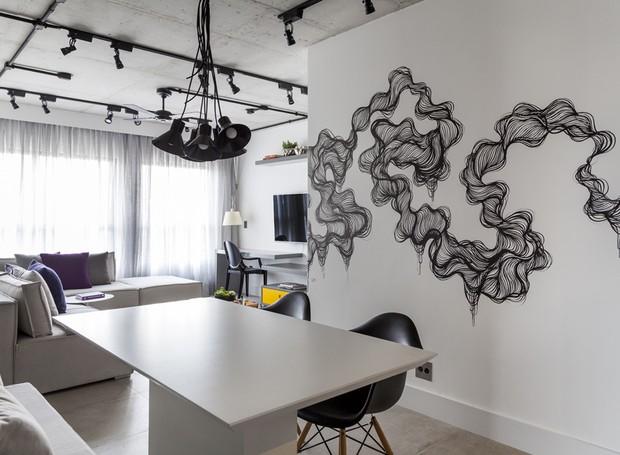 Mesa de jantar em laca branca, desenvolvida pelo escritório Now. Cadeiras Charles Eames à venda na Le Design. Pendente da Marilena Gonçalves  (Foto: Julia Ribeiro/Divulgação)