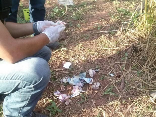 Dinheiro encontrado com o suspeito morto (Foto: Divulgação/PM)
