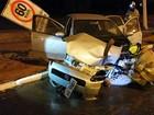 Motorista perde controle de carro e  bate em poste no DF