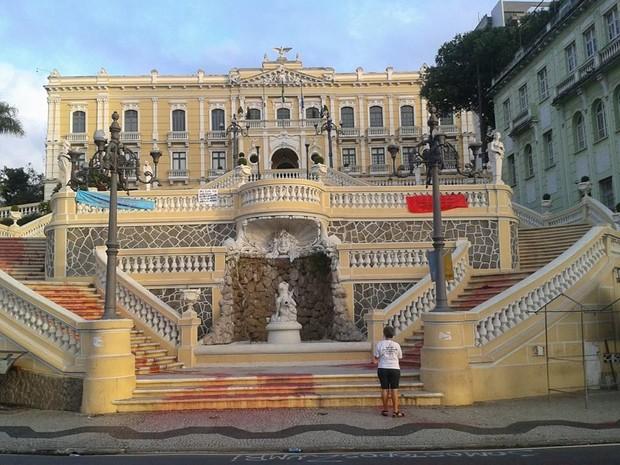 Em 2014, o Fórum de Mulheres pintou as escadarias do Palácio Anchieta de vermelho em ato contra a violência (Foto: Reprodução / Facebook)