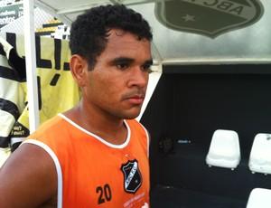 Éderson volta ao ABC e espera marcar contra o CRB (Foto: Jocaff Souza/GLOBOESPORTE.COM)
