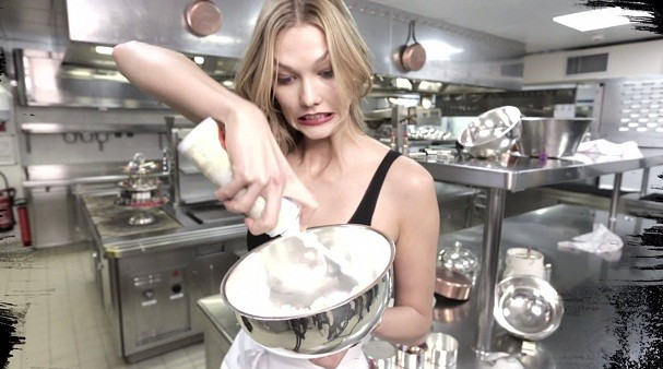 Se Karlie Kloss arrasa na cozinha, você também pode! (Foto: Divulgação/YouTube)