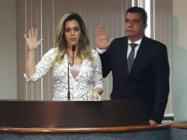 Carlos Amastha e Cinthia Ribeiro durante juramento na Câmara (Foto: Rachel Lemos/TV Anhanguera)