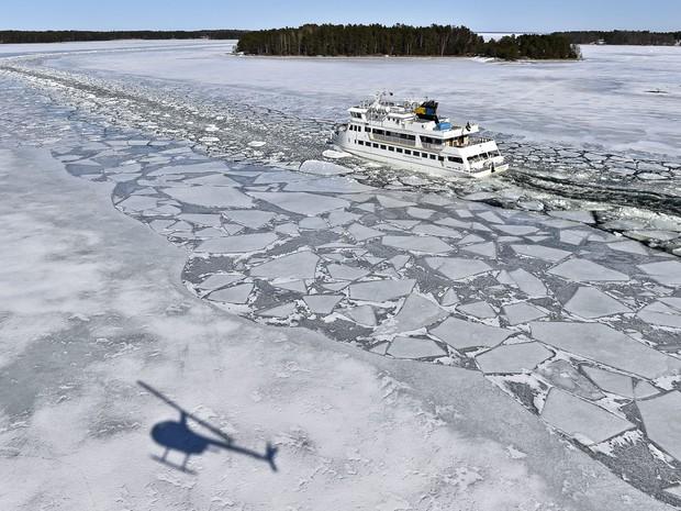 Congelamento do Mar Báltico fora de época bate recorde, área de 176 mil km² está coberta de gelo no início da primavera. Navios quebra-gelo abrem caminhos para permitir navegação. (Foto: Anders Wiklund/Scanpix Sweden/AP)