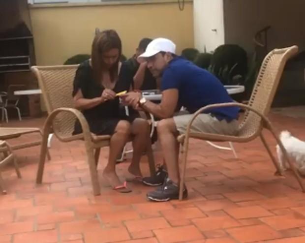 Zezé Di Camargo fazendo a unha (Foto: Reprodução/Instagram)