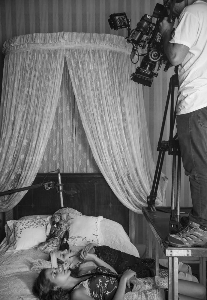 Hanna e Alice nos bastidores das gravações de 'Ligações Perigosas' (Foto: Raphael Dias/Gshow)