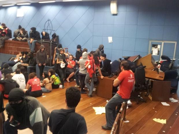 Manifestantes amontoaram cadeiras e mesas na Câmara de Campinas (Foto: Lana Torres / G1)
